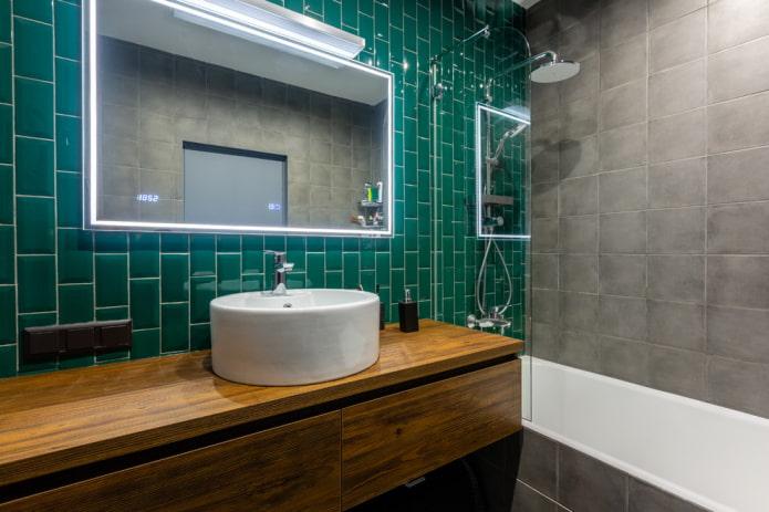 miroir avec éclairage intérieur à l'intérieur de la salle de bain