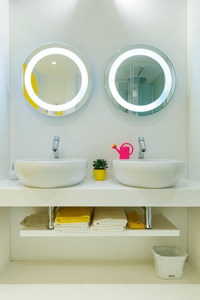 miroirs avec éclairage intérieur à l'intérieur de la salle de bain