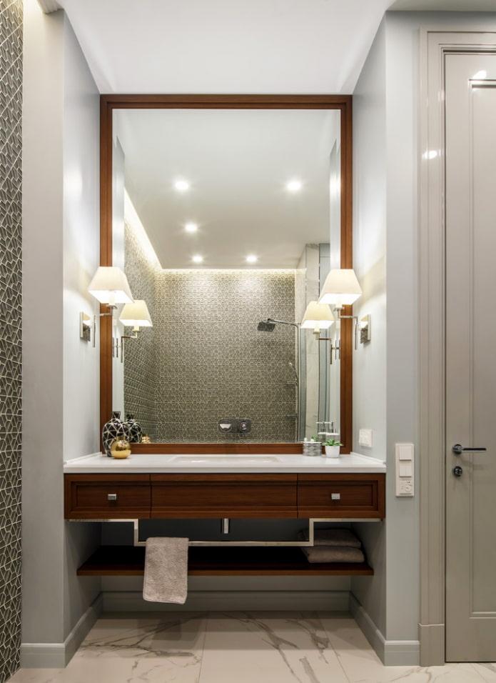 miroir avec appliques à l'intérieur de la salle de bain