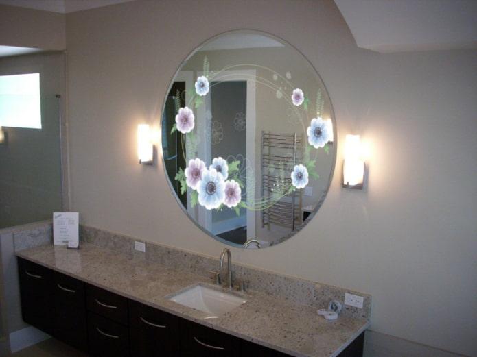 miroir avec impression photo à l'intérieur de la salle de bain