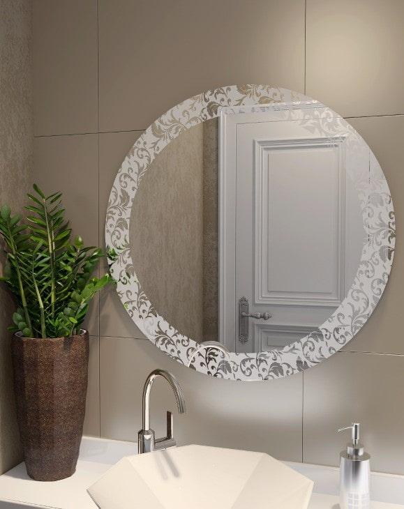 miroir avec motif sablé à l'intérieur de la salle de bain
