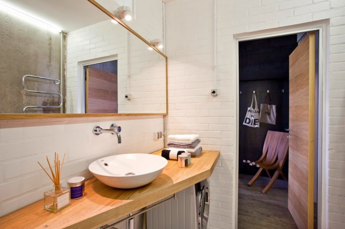 taches sur le miroir à l'intérieur de la salle de bain