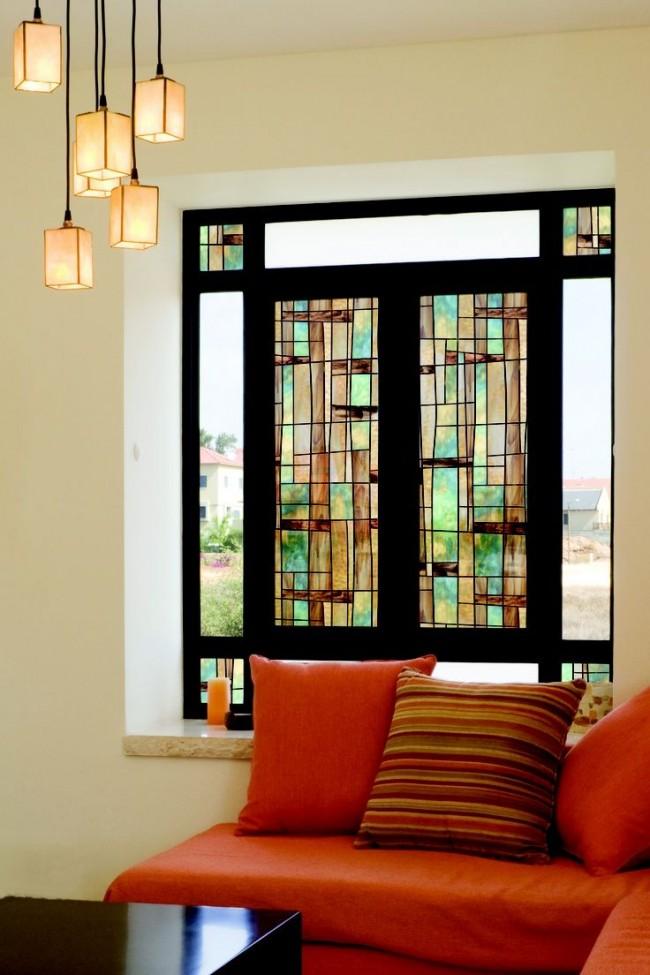 Le moyen le plus simple et le plus économique de décorer une fenêtre avec du vitrail est le vitrail en film