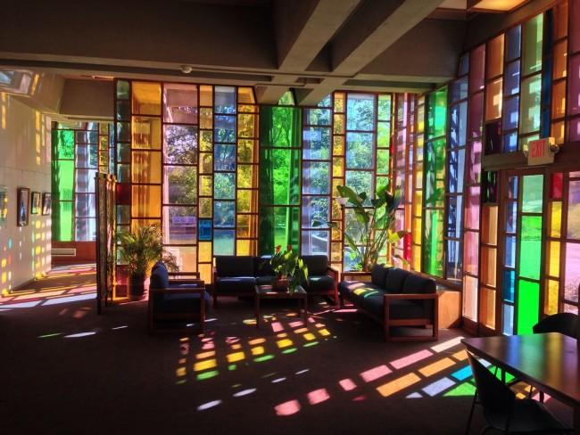 Le vitrail peut devenir un pivot autour duquel non seulement le design intérieur, mais aussi l'extérieur du bâtiment peuvent être construits