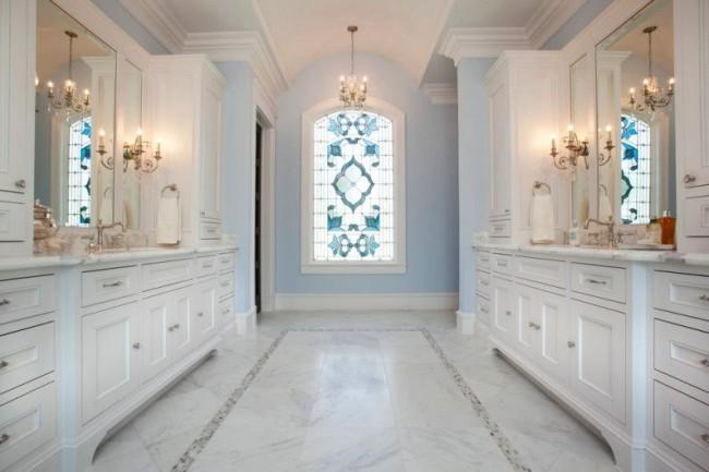 Une fenêtre avec un vitrail du bon degré crée un sentiment d'isolement et convient à la conception de n'importe quelle pièce
