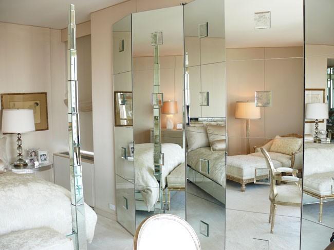 Un écran miroir convient à une petite pièce, augmentant ainsi l'espace