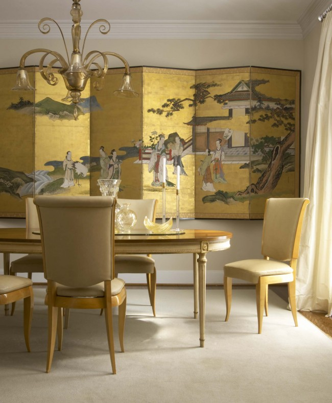 Dans un intérieur moderne, les shoji sont souvent excessifs et inappropriés.  Si vous souhaitez ajouter une note expressive d'ambiance asiatique à l'atmosphère, un tel paravent bas peint sera plus organique