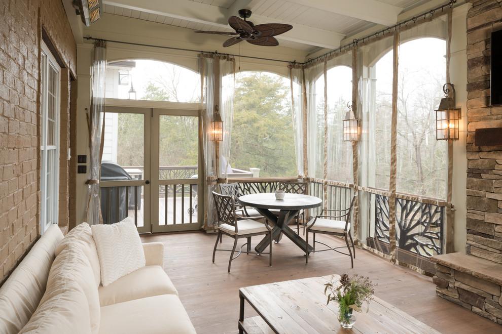 Terrasse confortable décorée dans des couleurs claires