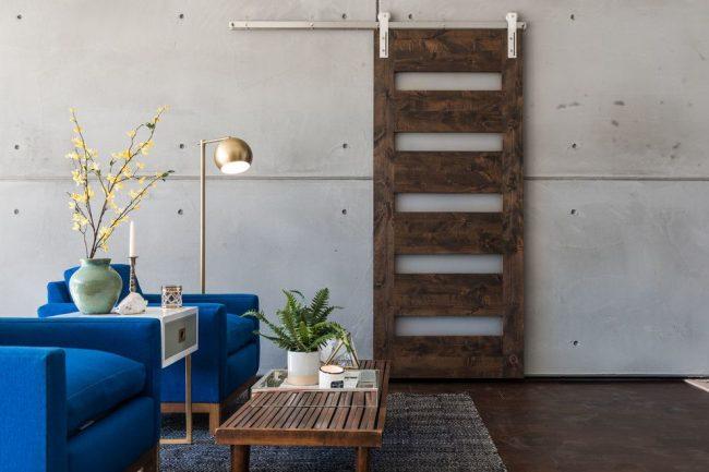 Intérieur élégant de style loft avec porte coulissante