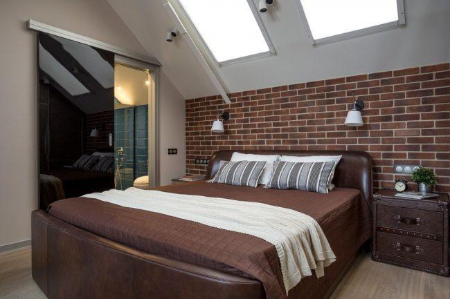 Chambre mansardée de style loft avec porte en verre noir brillant