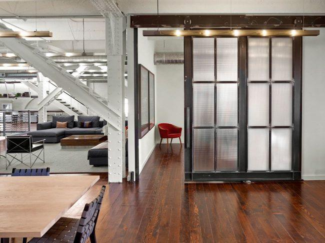 Porte de style loft avec verre ondulé