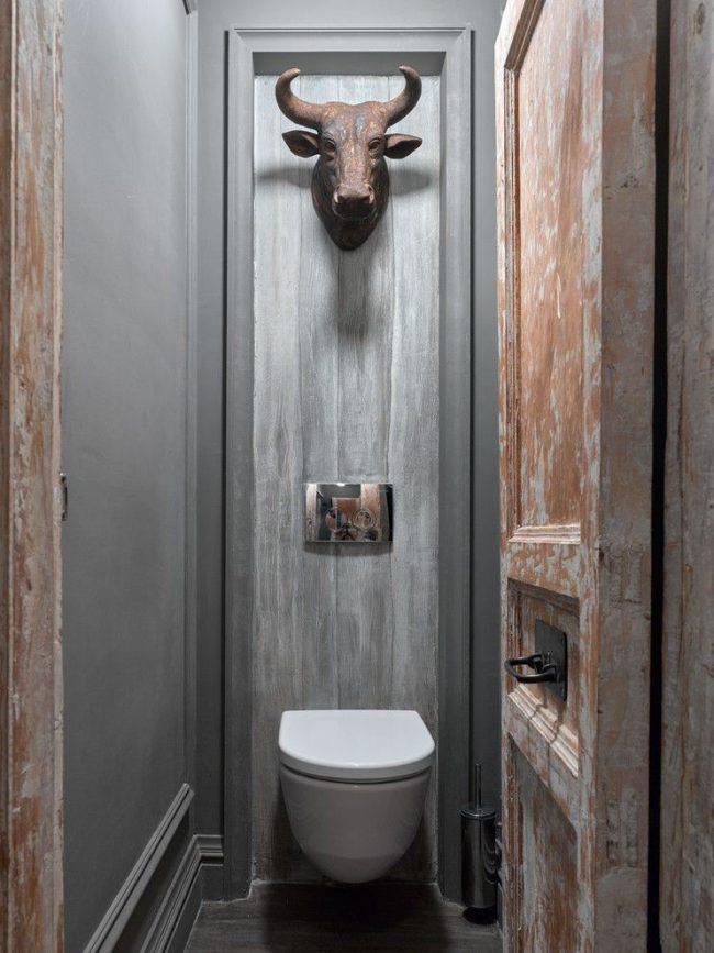 Porte en bois vieilli avec une poignée en métal au centre de la porte