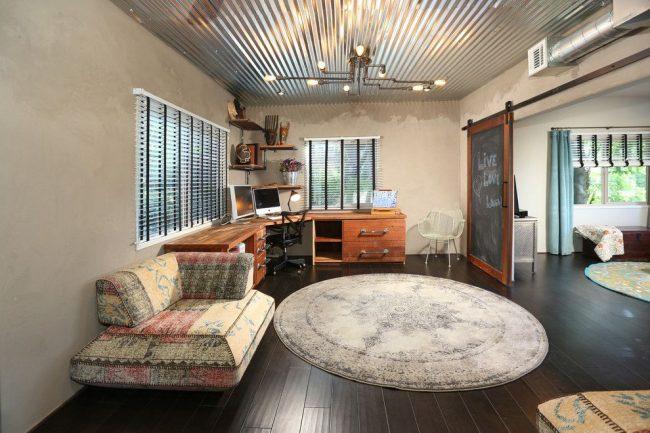 Plafond en métal et porte insolite dans un intérieur de style loft