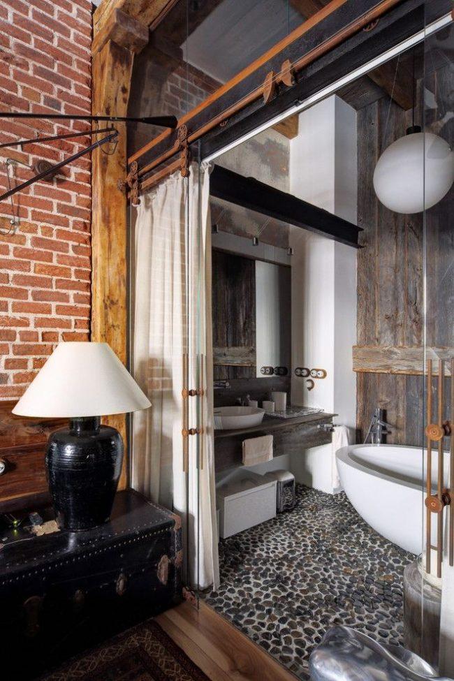 Salle de bain avec portes vitrées de style loft