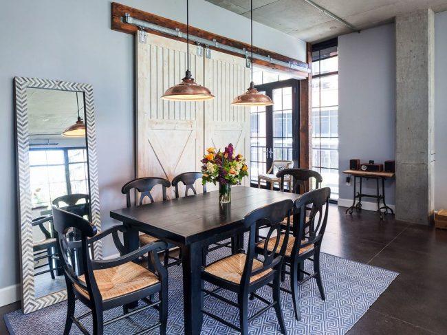 Belles portes coulissantes à mécanisme ouvert dans une salle à manger de style loft