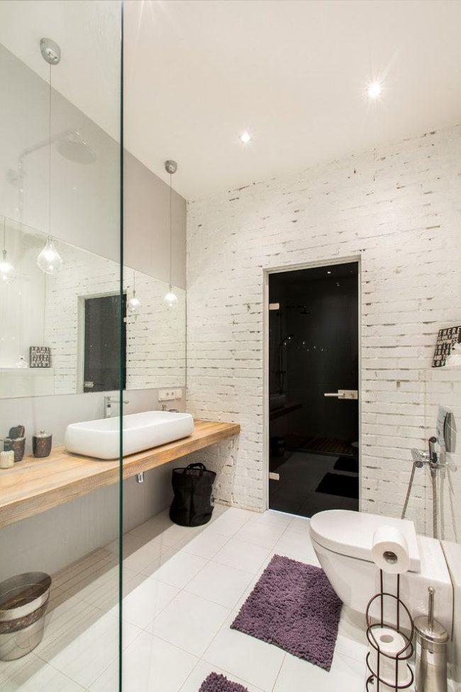 Mur de briques blanches et porte noire dans une salle de bains élégante et moderne