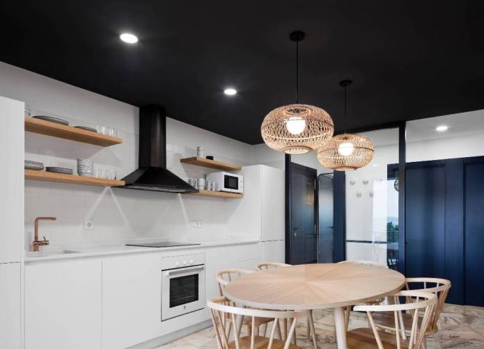 plafond noir dans la cuisine