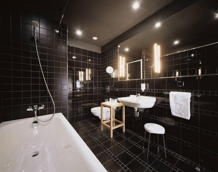 plafond noir dans la salle de bain