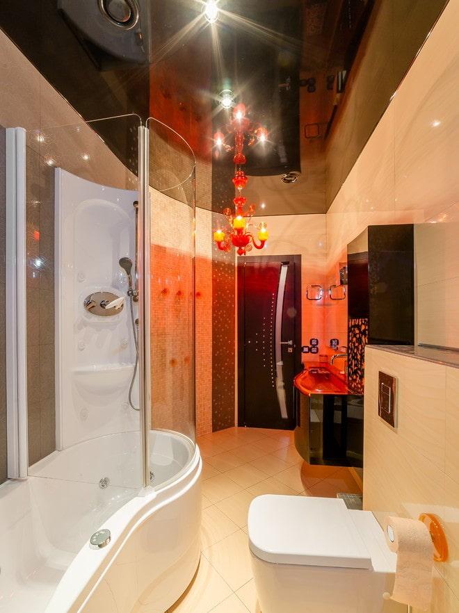 tissu extensible noir brillant dans la salle de bain