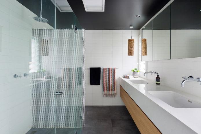 toile extensible noire dans la salle de bain