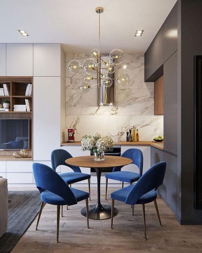 chaises bleues dans la cuisine