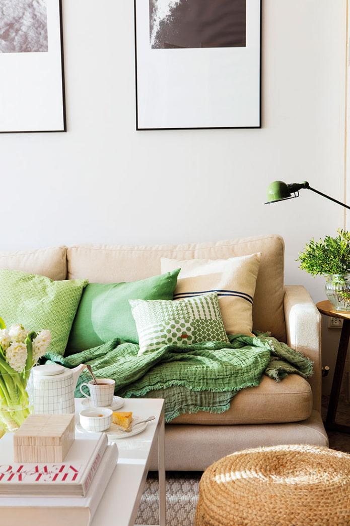 canapé beige avec coussins verts