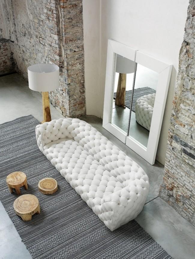 Meubles rembourrés pour le hall.  Combinaison spectaculaire de tissu blanc comme neige, de brique nue et de bois
