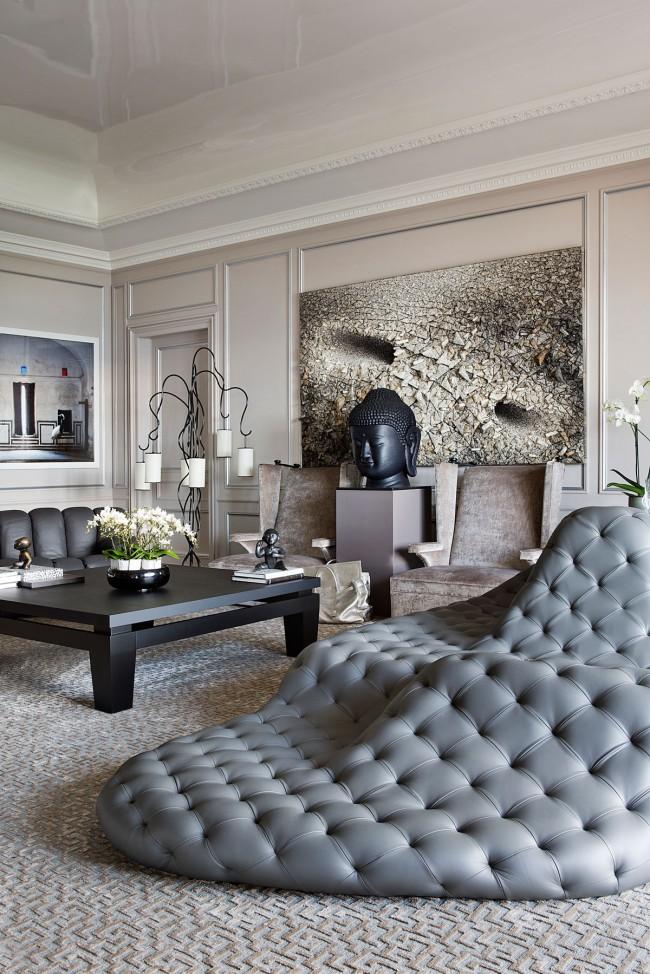 Canapé design dans un décor éclectique aux tons neutres