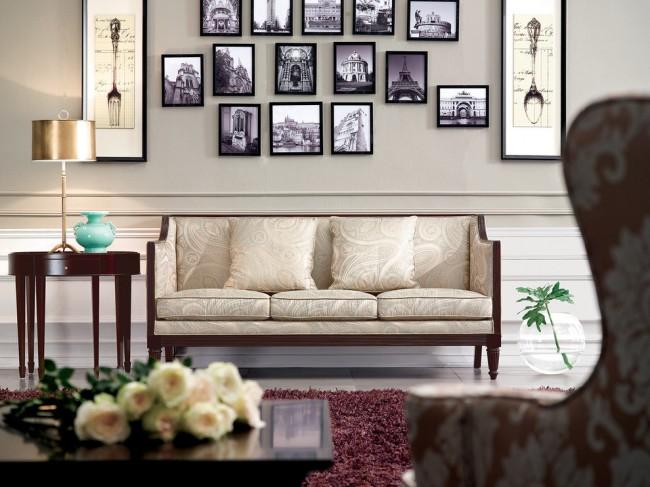 Meubles rembourrés pour le hall.  L'intérieur de style anglais implique le plus souvent la sélection de meubles recouverts d'un tissu à motif floral, contrastant ou se confondant avec le fond