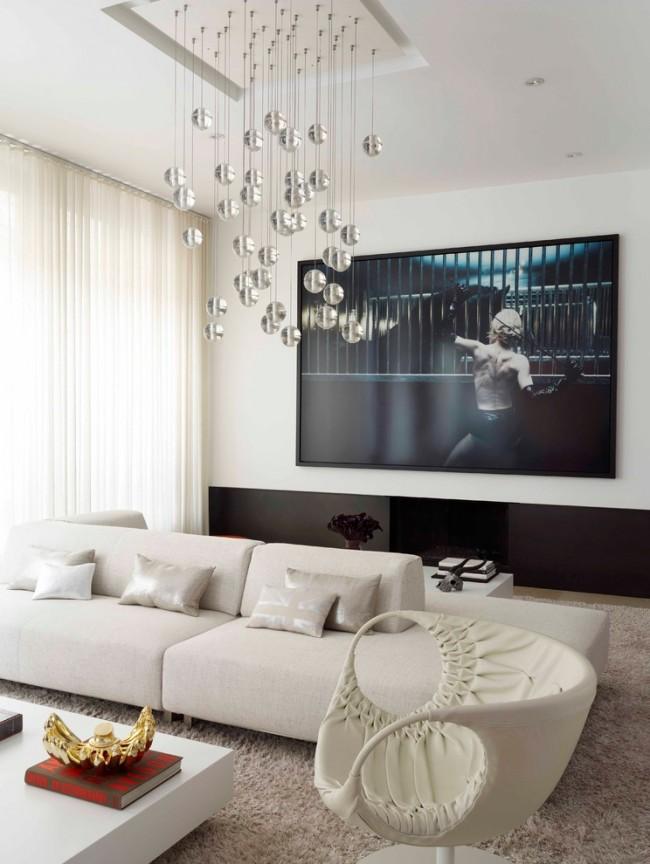 Meubles rembourrés pour le hall.  Un canapé recouvert d'un tissu léger aux tons froids purs, des fauteuils en cuir (ils peuvent provenir de collections complètement différentes, c'est même souhaitable) sur fond de finition à partir de panneaux muraux clairs - une vision moderne du moderne