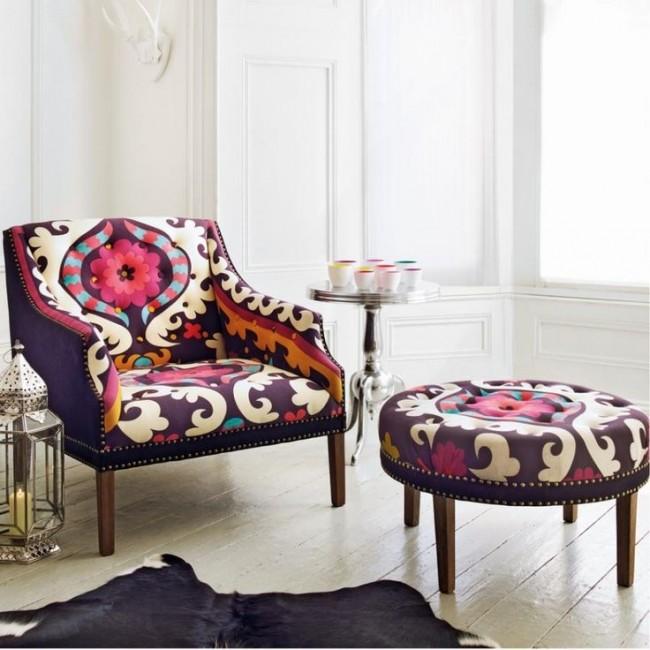 Meubles rembourrés pour le hall.  Les fauteuils et poufs lumineux sont des composants invariables de l'intérieur éclectique du salon