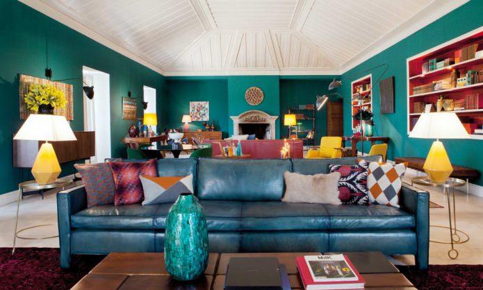 salon avec un toit mansardé aux couleurs turquoises