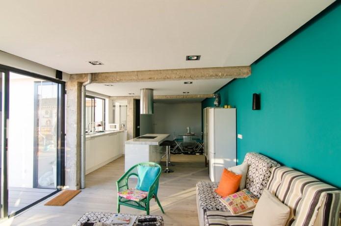 mur turquoise dans une chambre de style loft