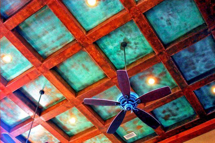 plafond aux poutres turquoises