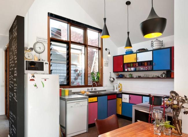 Une technique fréquente pour augmenter la surface de la cuisine est l'agencement d'une salle à manger dans une porte prolongée