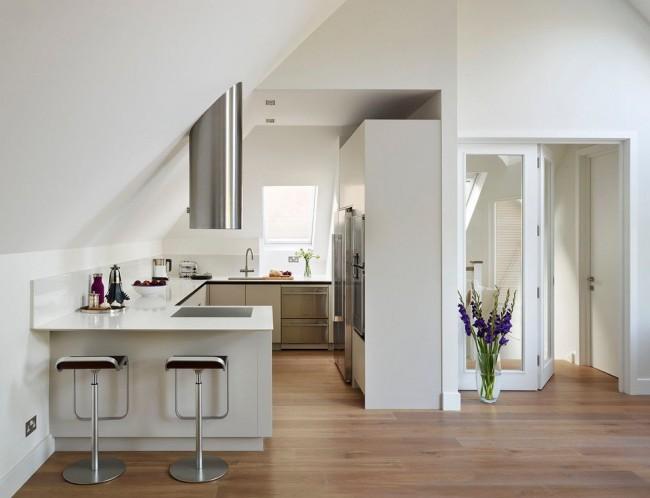 Toujours une option appropriée pour aménager un studio : un comptoir de bar qui délimite la cuisine et le salon