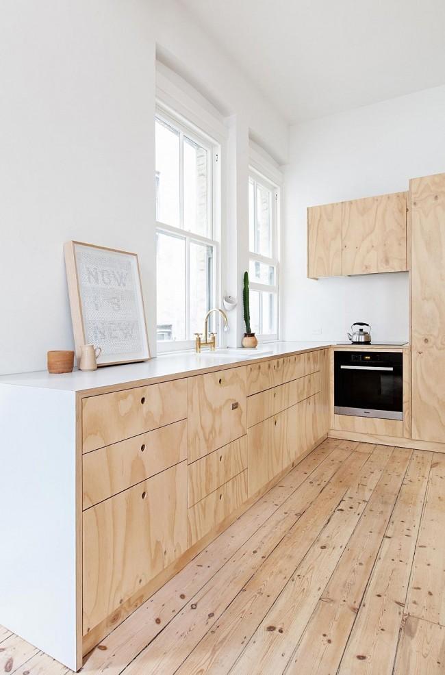 Dans certains cas, il ne faut pas avoir peur d'allonger une cuisine déjà étroite.  L'abondance de lumière et la démonstration de matériaux naturels dans des tons clairs, cela permet tout à fait