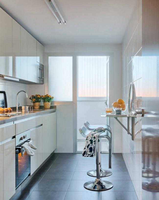 Cuisine adjacente au balcon.  Dans certains cas, il est possible de l'associer à une loggia ou de déplacer l'espace de travail avec un évier sous la fenêtre, pour un meilleur éclairage naturel.  Dans une maison à panneaux, dans ce cas, il est impératif de tenir compte des codes du bâtiment et de la réglementation concernant le système de chauffage !