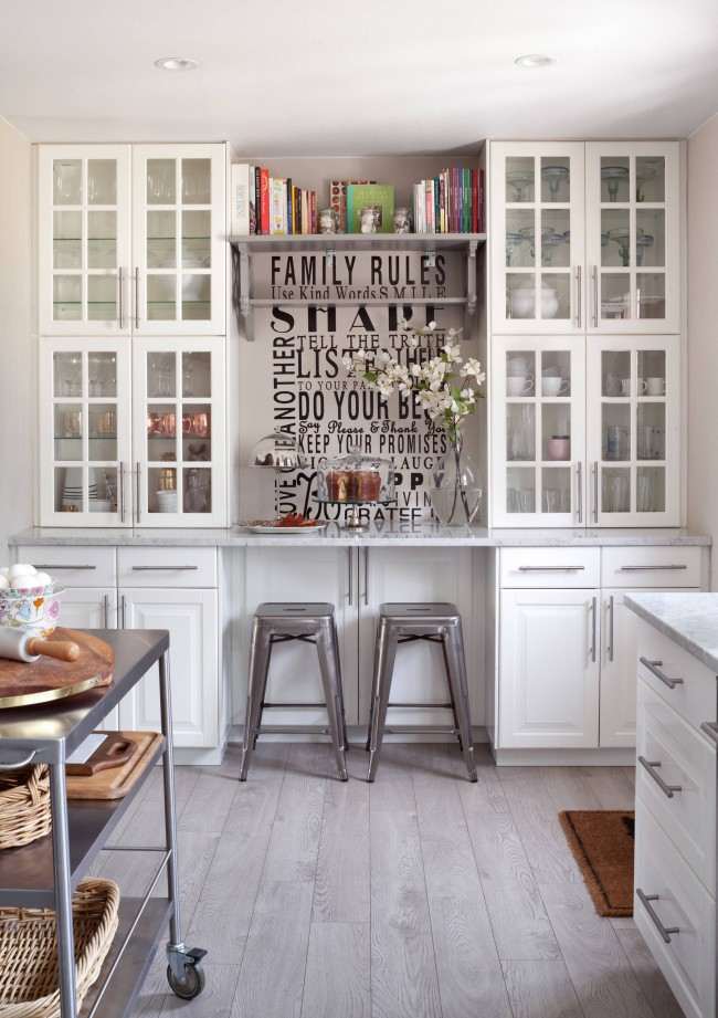 Table pour deux intégrée au système d'armoires de cuisine