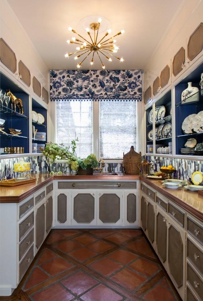 En général, il n'est pas habituel d'utiliser des couleurs bleu et bleu pour décorer la cuisine, mais de petits accents de bleu foncé sur les façades des armoires, comme sur la photo, sont généralement tout à fait appropriés.  Et, bien sûr, le motif bleu et blanc de la porcelaine hollandaise est toujours populaire.