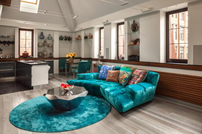 canapé avec revêtement en tissu de couleur turquoise à l'intérieur