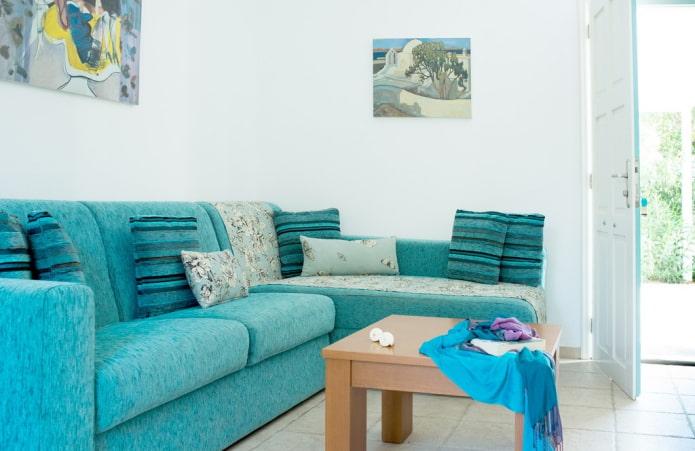 canapé de couleur turquoise vif à l'intérieur