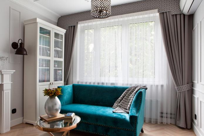 petit canapé turquoise à l'intérieur