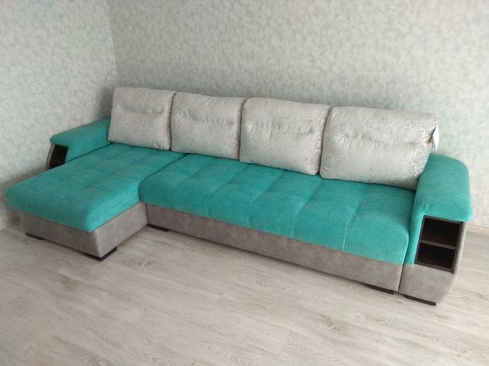 canapé gris-turquoise à l'intérieur