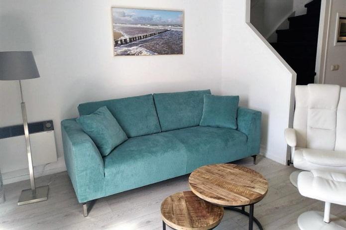 canapé droit de couleur turquoise à l'intérieur