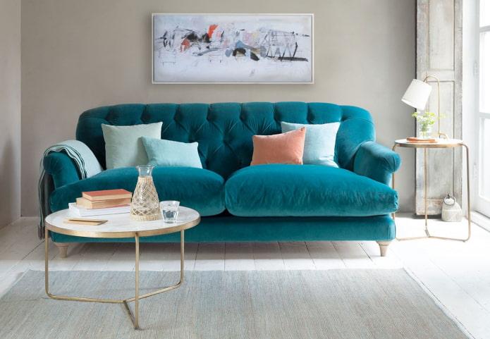 canapé turquoise sur pieds à l'intérieur