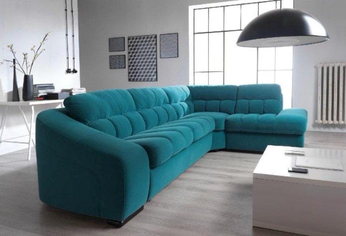canapé turquoise à l'intérieur du salon