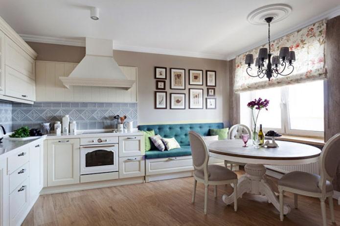 canapé turquoise dans la cuisine
