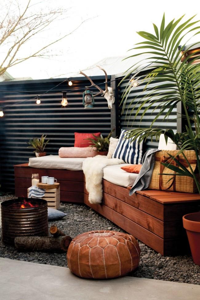 Une clôture en carton ondulé peut également devenir une décoration de votre site
