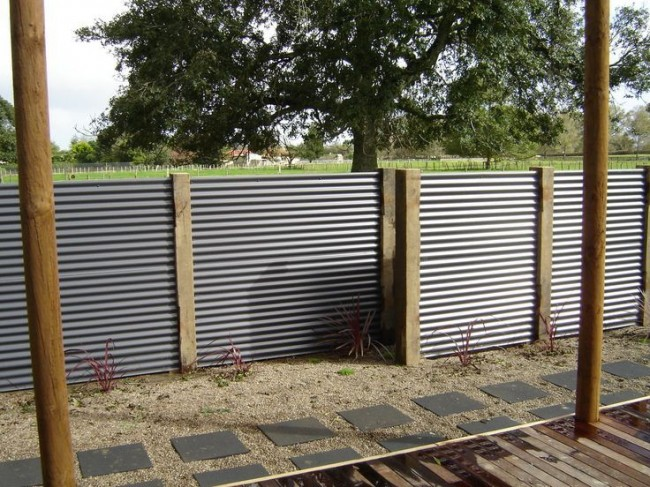 Belle clôture en carton ondulé